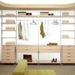 Aranżacja wnętrza garderoby w kremowych odcieniach