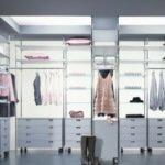 Aranżacja wnętrza garderoby w bieli