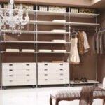 Aranżacja garderoby w odcieniach brązu i bieli