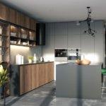 Aranżacja kuchni z szarą wyspą kuchenną i zabudową kuchenną