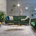 kler - ciemna sofa w jasnym salonie