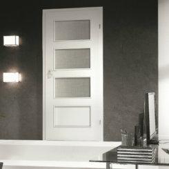 Białe drzwi wewnętrzne z przeszkleniem