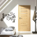 Jasne, drewniane wewnętrzne drzwi