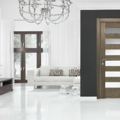 Brązowe wewnętrzne drzwi z przeszkleniem i bez