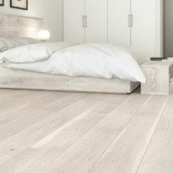 Jasne panele podłogowe w sypialni