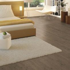 Ciemne panele podłogowe w sypialnii