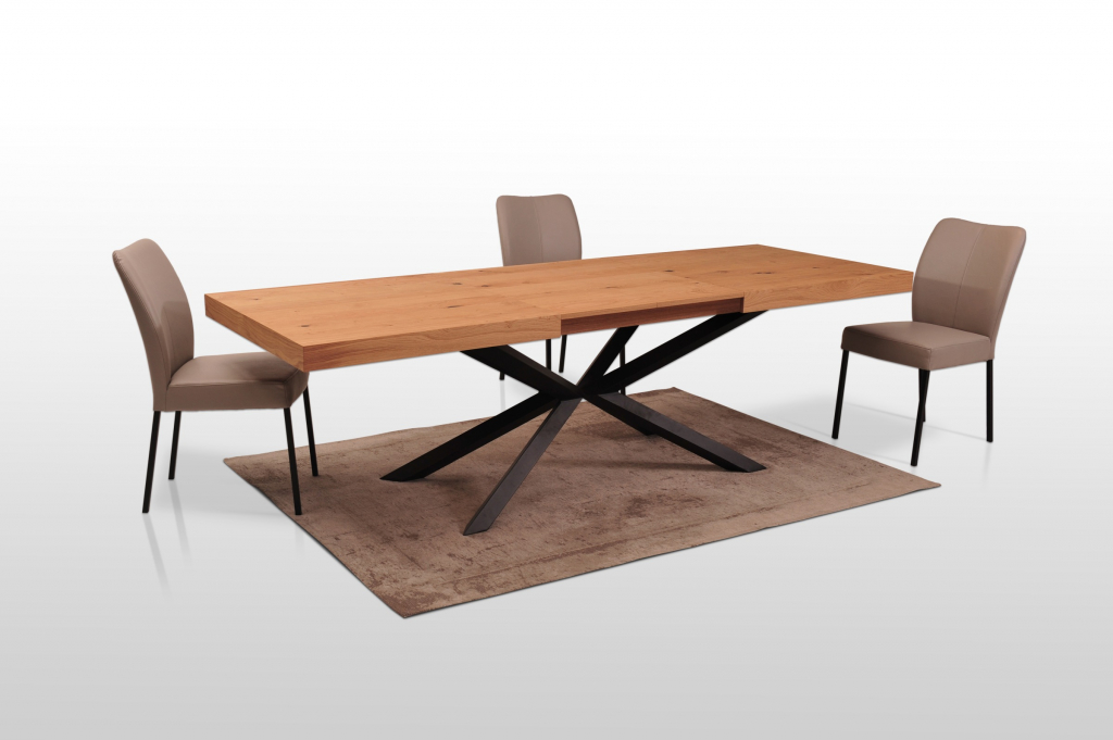 Drewniany stół na czarnej, metalowej nodze