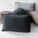 zestaw ciemnych poduszek dekoracyjnych