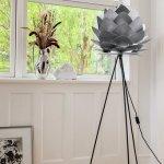 szara, dekoracyjna lampa w kącie pokoju