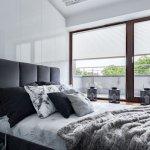 Rolety na podwójnym oknie w sypialni