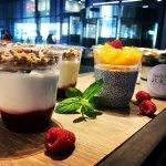 danie - jogurt z muesli i owocami