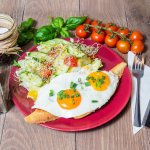 danie - jajko sadzone z sałatką