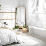 Białe rolety wewnętrzne w sypialni