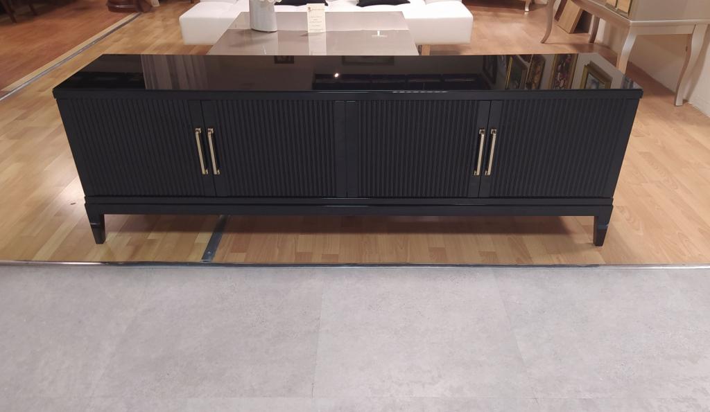 szafka RTV w kolorze czarnym na wysoki połysk