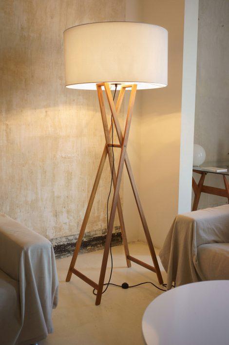 lampa podłogowa z drewnianym stelażem i białym abażurem